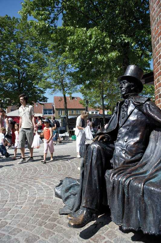 Jens Galschiøt's sculpture of Hans Christian Andersen on a bench.