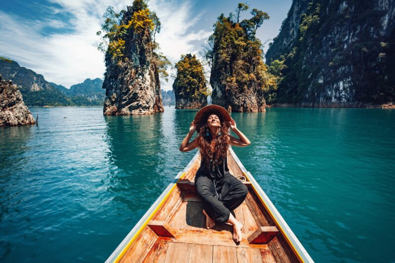 Happy,Young,Woman,Tourist,In,Asian,Hat,On,The,Boat